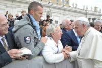 Inge Grein-Feil und Bernd Elsenhans bei Papst Franziskus
